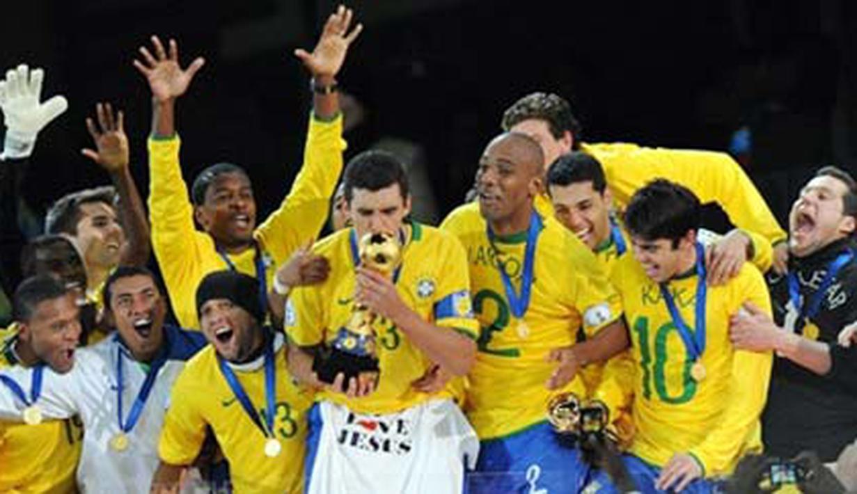 Selebrasi para pemain Brasil bersama trofi setelah mengalahkan AS dalam partai final Piala Konfederasi pada 28 Juni 2009 di Stadion Ellis Park, Johannesburg. Brazil won 3-2. AFP PHOTO/ALEXANDER JOE