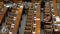 Sejumlah Anggota Dewan menghadiri rapat paripurna DPR di Komplek Parlemen Senayan, Jakarta, Selasa (28/6).  Sidang tersebut dihadiri 261 anggota DPR dari total 558 anggota. (Liputan6.com/Johan Tallo)