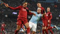 Bek Liverpool, Virgil van Dijk (kiri), saat bersua Manchester City pada laga lanjutan Premier League 2018-2019 di Stadion Etihad, 3 Januari 2019. (AFP/Paul Ellis)