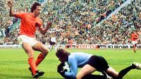 1.Johan Cruyff (Belanda), legenda sepak bola dunia ini meraih Ballon d'Or pada tahun 1971, 1973 dan 1974. Prestasi terbaiknya adalah Piala Dunia 1974, dengan membawa Belanda ke final sebelum akhirnya takluk dari Jerman Barat. (AFP/Staff)