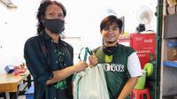 Bonek Hijrah memberi bantuan kepada pendukung Persebaya Surabaya yang terdampak Covid-19. (Persebaya)