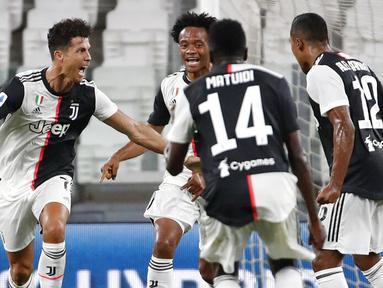 Striker Juventus, Cristiano Ronaldo, melakukan selebrasi usai mencetak gol ke gawang Sampdoria pada laga Serie A di Allianz Stadium, Turin, Senin (27/7/2020). Kemenangan 2-0 ini membuat juventus mengunci gelar juara Serie A musim 2019-2020. (AP Photo/Antonio Calanni)