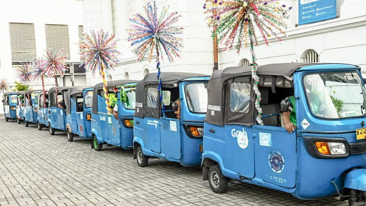 Bajaj online tak hanya beroperasi di Kota Tua Jakarta, tetapi juga di beberapa lokasi wisata lain. (dok. Biro Humas Kemenpar/Dinny Mutiah)