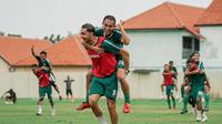Pelatih Aji Santoso kerap menyisipkan materi fun game pada sesi latihan Persebaya Surabaya untuk membangkitkan mental pemainnya setelah Shopee Liga 1 2020 ditunda. (dok. Persebaya Surabaya)