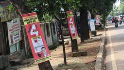 Sejumlah Alat Paraga Kampanye masih terlihat di pinggir Jalan TMP Kalibata, Jakarta, Minggu (14/4). Memasuki masa tenang jelang pelaksanaan Pemilu 2019, sejumlah Alat Paraga Kampanye masih terlihat bertebaran di beberapa ruas jalan. (Liputan6.com/Helmi Fithriansyah)