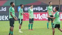 Robertino Pugliara (tengah) dan para pemain Persebaya melakukan sesi latihan tim jelang laga Gojek Liga 1 bersama Bukalapak di Stadion PTIK, Jakarta, Senin (25/6/2018). Persebaya akan melawan Persija 26 Juni 2018. (Bola.com/Nick Hanoatubun)