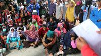 Warga korban gempa dan tsunami Palu menunggu panggilan petugas di kantor Dinas Sosial, Palu, Sulawesi Tengah, Minggu (7/10). Dinsos Palu salurkan bantuan berupa beras dan mie instant kepada masyarakat yang terdampak gempa. (Liputan6.com/Fery Pradolo)