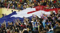 Pendukung Thailand merayakan kemenangan atas Malaysia pada final sepak bola SEA Games 2017 di Stadion Shah Alam, Selasa (29/8/2017). (AP Photo/Vincent Thian)