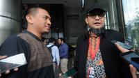 Ketua Wadah Pegawai KPK Yudi Purnomo Harahap (kiri) dan penyidik senior KPK, Novel Baswedan (kanan) memberikan keterangan usai melakukan pertemuan di Gedung KPK, Jakarta, Jumat (26/4). (merdeka.com/Dwi Narwoko)