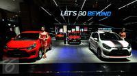 Model berdiri disisi deretan salah satu merek mobil yang dipamerkan di Indonesia Internasional Motor Show (IIMS) 2017, Jakarta, Kamis (27/4). 30 merek kendaraan roda dua maupun roda tiga dipamerkan hingga 7 Mei mendatang. (Liputan6.com/Helmi Fithriansyah)