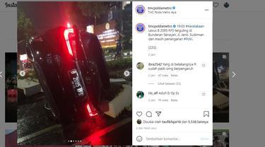 Mobil terguling di Bundaran Senayan