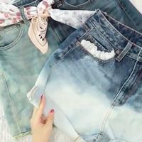DIY bikin tote bag dari kaos dan hot pants jeans. (sumber foto: diy.life.guides/instagram)