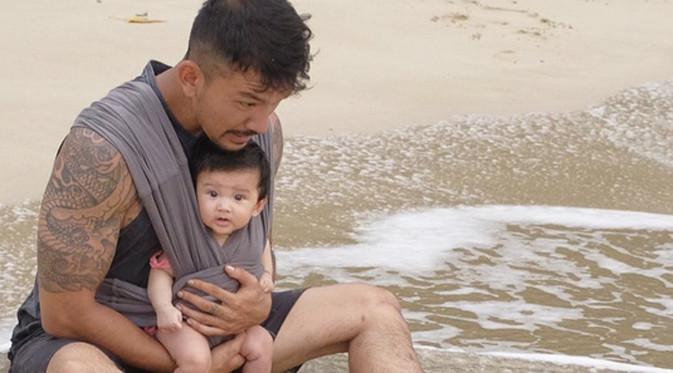Dalam media sosialnya, Rio Dewanto banyak mengungah foto bersama buah hatinya, Salma. Anak pertama dari pernikahannya dengan Atiqah Hasiholan. Tidak sedikit yang menyebut ayah seorang anak itu hot daddy. (Instagram/riodewanto)