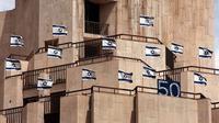 Bendera Israel di Mal di Yerusalem dalam rangka 50 tahun berdirinya negara itu. Foto diambil pada 27 April 1998. (MENAHEM KAHANA / AFP)