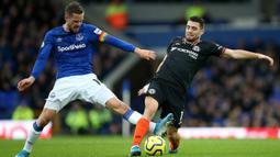 Pemain Everton Gylfi Sigurdsson (kiri) berebut bola dengan pemain Chelsea Mateo Kovacic saat bertanding pada laga Liga Inggris di Goodison Park, Liverpool, Inggris, Sabtu (7/12/2019). Everton menang 3-1. (Nigel French/PA via AP)