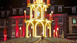 Pengunjung bermain komedi putar saat mengunjungi pasar Natal tradisional di Kota Tua Heidelberg, Jerman, Selasa (4/12). (AP Photo/Michael Probst)