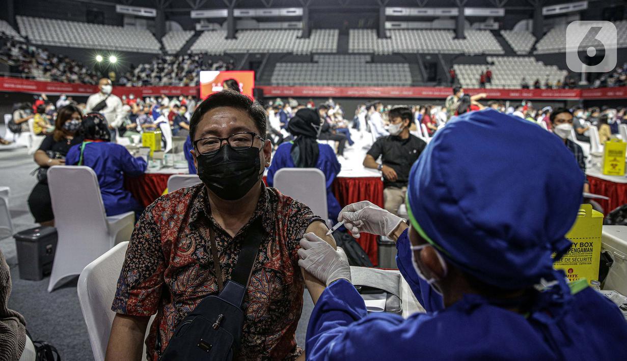 Petugas medis menyuntikkan vaksin COVID-19 kepada pelaku sektor jasa keuangan di Lapangan Tennis Indoor Senayan, Jakarta, Rabu (16/6/2021). Sebanyak 100 ribu dosis vaksin disediakan untuk pelaku sektor jasa keuangan. (Liputan6.com/Faizal Fanani)