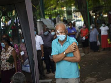 Lansia Sri Lanka memegang lengannya setelah menerima dosis vaksin COVID-19 Pfizer di tempat vaksinasi di Kolombo, Rabu (7/7/2021). Sri Lanka memberikan Pfizer untuk dosis kedua kepada mereka yang dibiarkan menunggu usai menerima AstraZeneca sebagai yang pertama awal tahun ini (AP/Eranga Jayawardena)