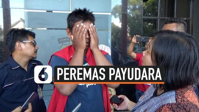Polrestabes Surabaya, Jawa Timur, menangkap pelaku peremas payudara. Modus pelaku berpura-pura meminta nomor telepon korban dan ketika korban lengah pelaku langsung meremas payudara korban.