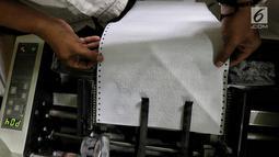 Pekerja menyelesaikan percetakan Al Quran Braille di Yayasan Raudlatul Makfufin, Tangerang Selatan, Kamis (24/5). Al Quran ini memiliki tiga varian yakni dengan terjemahan Bahasa Indonesia, Bahasa Inggris dan tanpa terjemahan. (Liputan6.com/Fery Pradolo)