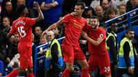 Bek Liverpool, Dejan Lovren (tengah) berselebrasi dengan rekan-rekannya usai mencetak gol kegawang Chelsea pada lanjutan Liga Inggris di Stadion Stamford Bridge, London, (17/9). Liverpool menang atas Chelsea dengan skor 2-1. (Reuters/Dylan Martinez)