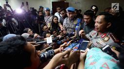 Kapolri Jenderal Tito Karnavian memberikan keterangan pers usai menggelar Rapat Kerja dengan Komisi III DPR RI, Jakarta, Senin (17/7). Rapat juga membahas Penanganan Terorisme dan 17 kasus terkait aplikasi Telegram. (Liputan6.com/Johan Tallo)
