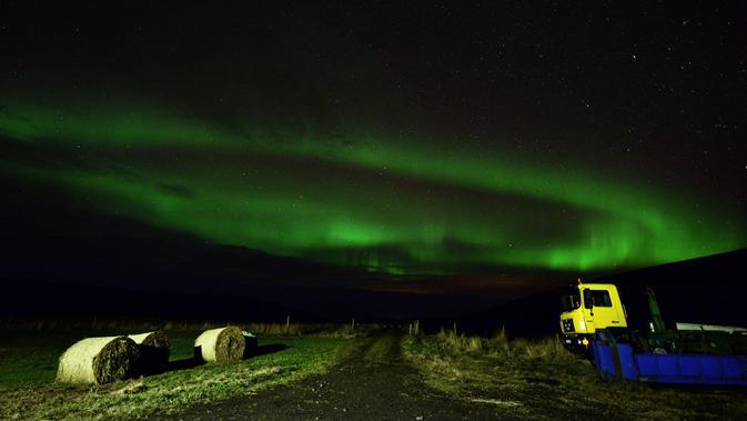 Aurora borealis, juga dikenal sebagai Cahaya Utara terlihat di atas lahan pertanian dekat air terjun Godafoss di Thingeyjarsveit, Islandia, 14 Oktober 2018. Seperti halnya pelangi, Aurora Borealis memiliki gradasi warna yang beragam . (Mariana SUAREZ/AFP)#source%3Dgooglier%2Ecom#https%3A%2F%2Fgooglier%2Ecom%2Fpage%2F%2F10000