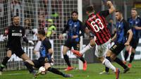 Pemain AC Milan Patrick Cutrone (tengah) menendang bola ke arah gawang saat menghadapi Inter Milan pada laga pekan 28 Liga Italia Serie A di Stadion San Siro, Milan, Minggu (17/3). Inter menggeser Milan dari posisi tiga klasemen. (AP Photo/Luca Bruno)
