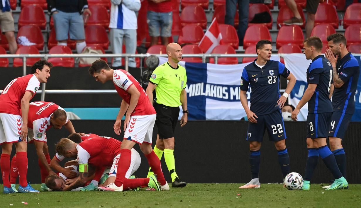 Insiden Christian Eriksen yang tiba-tiba jatuh tak sadarkan diri, mewarnai drama perhelatan Piala Eropa tahun ini. Akhirnya Eriksen dapat sadarkan diri dan dilarikan ke rumah sakit. Dikabarkan bahwa dirinya terkena serangan jantung. (Foto: AFP/Pool/Jonathan Nackstrand)