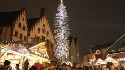 Orang-orang mengunjungi pasar Natal tradisonal pada hari pembukaannya di Frankfurt am Main, Jerman, Senin (25/11/2019). Sesuai dengan namanya, tempat ini adalah sebuah pasar yang bertemakan Natal. (Photo by Daniel ROLAND / AFP)