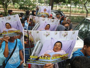 Masa dari aliansi mahasiswa dan pemuda relawan cinta NKRI menggelar aksi damai di kantor Komnas HAM, Jakarta, Senin (17/6/2019). Mereka menuntut agar Komnas HAM bersikap adil untuk menginvestigasi korban kerusuhan 21-22 Mei dimana aparat keamanan juga menjadi korban. (Liputan6.com/Angga Yuniar)
