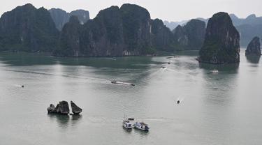 Kapal-kapal wisata berlayar di perairan Ha Long Bay, Provinsi Quang Ninh, Vietnam, Jumat (10/5/2019). UNESCO menetapkan Ha Long Bay menjadi situs warisan dunia sejak 17 Desember 1994. (Manan VATSYAYANA/AFP)