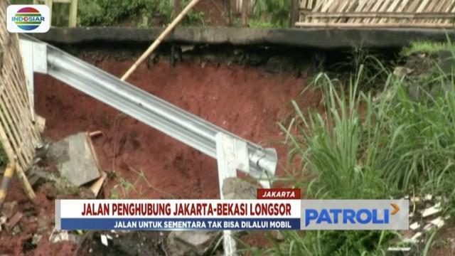 Longsor sepanjang 4 meter di Jalan Tiu, Cipayung, membuat jalan penghubung Bekasi-Jakarta tak bisa dilalui mobil.