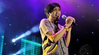 Duta vokalis dari grup band Sheila on 7 sangat menikmati aksinya saat diatas panggung. (13/6/14) (Liputan6.com/Faizal Fanani)