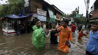 Warga menunjukkan ular yang ditemukan saat banjir di Jalan Hang Lekir, Kebayoran Lama, Jakarta Selatan, Rabu (1/1/2020). Banjir tersebut disebabkan karena tingginya intensitas hujan yang mengguyur sejak Selasa (31/12/2019). (Liputan6.com/Johan Tallo)
