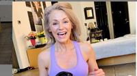 Wanita 56 Tahun, Kathy Jacobs,  Terpilih Jadi Model Pakaian Renang. (dok.Instagram @ageisbeauty/https://www.instagram.com/p/CAaqkOZlmCk/Henry)