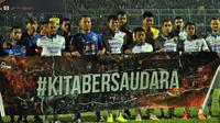 Kedua tim, Arema dan Persib, foto bersama dengan tagar Kita Bersaudara di Stadion Kanjuruhan, Kabupaten Malang (30/7/2019). (Bola.com/Iwan Setiawan)