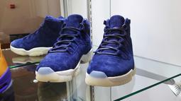 Sepasang sepatu Nike Air Jordan II ukuran 9 berwarna biru yang dibuat untuk memperingati pensiunnya Derek Jeter dipajang di rumah lelang Sotheby, New York pada 12 Juli 2019. Rumah lelang tersebut mengadakan lelang sneaker langka untuk pertama kalinya. (AP Photo/Ted Shaffrey)