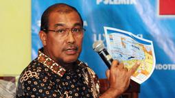 Anggota DPD RI, Nono Sampono menunjukkan peta saat diskusi Gaduh Blok Masela di Jakarta, Sabtu (2/1/2016). Menurut kajian Berdikari Center, pembangunan prasarana LNG dari Blok Masela harus dilakukan di darat. (Liputan6.com/Helmi Fithriansyah)