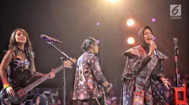 """Musisi band Kotak tampil dalam malam puncak Hut SCTV ke-28 di ICE BSD, Tangerang, Jumat (24/8). Dalam penampilannya mereka membawakan sejumlah lagu diantaranya """"Masih Cinta"""" dan """"Pelan Pelan Saja"""". (Liputan6.com/Faizal Fanani)"""