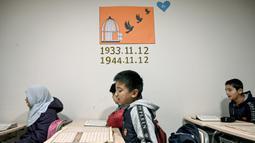Anak-anak Uighur mengikuti kegiatan belajar bahasa Inggris di sebuah sekolah di distrik Silivri, Istanbul, Turki (29/12/2019). (AFP/Ozan Kose)