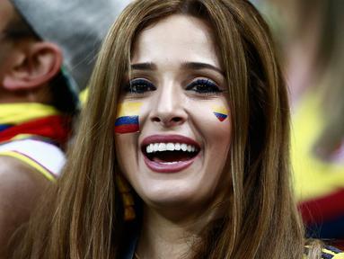 Keceriaan suportr Kolombia saat timnya mengalahkan Polandia pada laga grup H Piala Dunia 2018 di Kazan Arena, Kazan, Rusia, (24/6/2018). Kolombia menang 3-0 atas Polandia. (AFP/Benjamin Cremel)