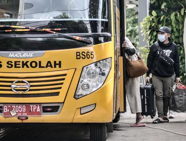 FOTO: Bus Sekolah Evakuasi Pasien COVID-19 ke Wisma Atlet