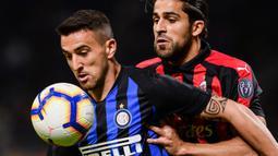 Gelandang Inter Milan, Matias Vecino, mengamankan bola dari bek AC Milan, Ricardo Rodriguez, pada laga Serie A Italia di Stadion San Siro, Milan, Minggu (21/10). Inter menang 1-0 atas Milan. (AFP/Marco Bertorello)