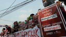 Massa Sekolah Antikorupsi Tangerang dan Ikatan Alumni Sekolah Antikorupsi menggelar aksi di depan Gedung IFA, Tangsel, Senin (8/10). Pembangunan Gedung DPRD Kota Tangsel menghabiskan dana sekitar Rp. 200,9 Miliar. (Merdeka.com/Arie Basuki)