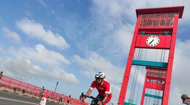 Ratusan Peserta Palembang Triathlon 2020 Bersepeda Lintasi Jembatan Ampera