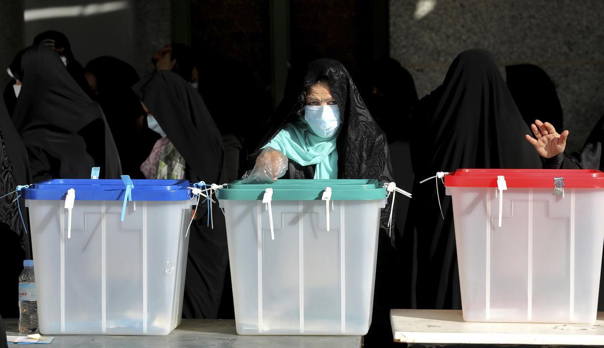 Seorang warga memberikan suaranya untuk pemilihan presiden di sebuah tempat pemungutan suara di Teheran, Iran, Jumat (18/6/2021). Warga Iran mulai memberikan suaranya dalam pemilihan presiden. (AP Photo/Ebrahim Noroozi)