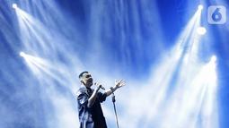 Penampilan penyanyi Tulus dalam Festival Sewindu Tulus di Istora Senayan, Jakarta, Jumat (1/11/2019). Konser yang digelar menandai delapan tahun perjalanan karier bermusiknya penyanyi Tulus membawakan sejumlah lagu hits seperti Sepatu dan Gajah. (Fimela.com/Bambang E. Ros)