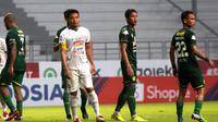 Kapten Arema FC, Hamka Hamzah, saat laga kontra Persebaya Surabaya di Stadion Batakan, Balikpapan, Kamis (12/12/2019). (Bola.com/Iwan Setiawan)