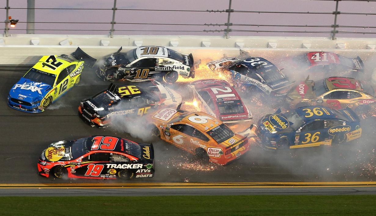 Sejumlah mobil terlibat kecelakaan dalam balapan NASCAR Daytona 500 di Daytona International Speedway, Daytona Beach, Florida, AS, Minggu (17/2).  Kecelakaan berpapi-api tersebut melibatkan 21 mobil pembalap. (AP Photo/Gary McCullough)